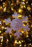 Un beau jouet de Noël sur un plan rapproché d'arbre de Noël Photos stock