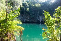 Un beau lac bleu est dans une caverne profonde de montagne avec une plate-forme de visionnement Photo stock