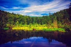 Un beau lac dans le style de vintage Photo stock
