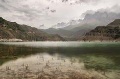 Un beau lac de montagne le soir par temps nuageux photographie stock libre de droits