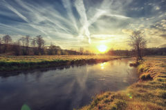Un beau lever de soleil au-dessus de rivière dans le matin d'or d'automne Images stock