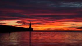 Un beau lever de soleil rouge au pilier de Tynemouth photo libre de droits