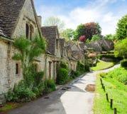Un beau matin ensoleillé dans Bibury, Gloucestershir, Angleterre, R-U Vieille rue avec les cottages traditionnels photographie stock