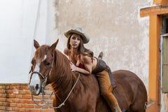 Un beau modèle hispanique Rides de brune un cheval à une ferme mexicaine photos stock