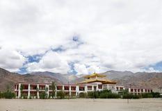 Un beau monastère dans le campus de l'école Leh de Druk Lotus blanc photographie stock