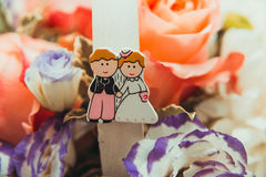Un beau panier des fleurs qui ont décoré la poignée avec une photo des jeunes mariés Photos libres de droits