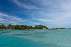 Un beau panoramique de l'île de Kepala avec de l'eau clair ciel et turquoise pris du bateau de vitesse image stock