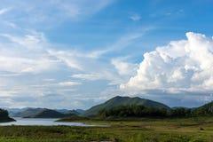 Un beau paysage avec de l'eau le ciel bleu, la montagne verte et clair au parc national de Kaeng Krachan Images stock