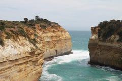 Un beau paysage de l'eau et des roches Images stock