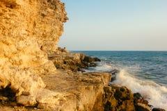 Un beau paysage de mer dans la lumière du jour sur le rivage rocheux Photos libres de droits
