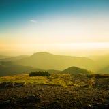 Un beau paysage de montagne au-dessus de ligne d'arbre Images stock