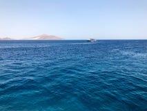 Un beau paysage marin donnant sur la mer bleue de sel, les montagnes en pierre éloignées arénacées jaunes sur la station balnéair image stock