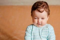Un beau petit bébé avec des yeux bleus images libres de droits