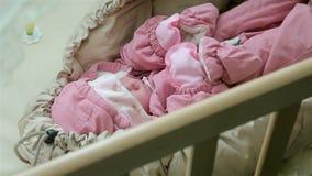 Un beau petit sommeil de bébé banque de vidéos