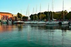 Un beau port par la mer en laquelle il y a des yachts images libres de droits