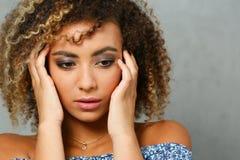 Un beau portrait de femme de couleur Examine l'émotion image stock