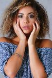 Un beau portrait de femme de couleur Examine l'émotion images stock