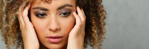 Un beau portrait de femme de couleur Examine l'émotion photos stock