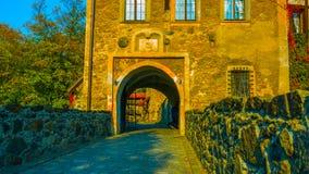 Un beau tir dans la vieille entrée/la négligence de château de la Pologne de la rivière/au coucher du soleil/au vieux coursier 20 images stock