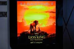 Un beau voyageur debout d'un film a appelé l'affichage de Lion King au cinéma pour favoriser le film image stock