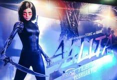 Un beau voyageur debout d'un film a appelé l'apparence d'affichage d'Alita au cinéma image libre de droits