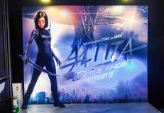 Un beau voyageur debout d'un film a appelé l'apparence d'affichage d'Alita au cinéma photographie stock