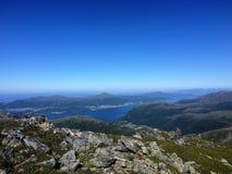 Un beau wiev au-dessus de fjord, de mer et de montagnes image stock