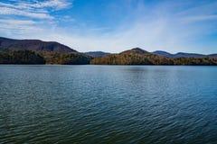 Un Beautful défunt Autumn View du réservoir de crique de Carvins, Roanoke, la Virginie, Etats-Unis images stock
