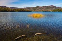 Un Beautful défunt Autumn View du réservoir de crique de Carvins, Roanoke, la Virginie, Etats-Unis photographie stock libre de droits
