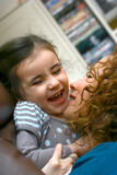 Un beautifulgirl rit nerveusement. Photo libre de droits