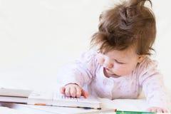 Un bebé con los libros Imagen de archivo