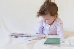 Un bebé con los libros Fotografía de archivo