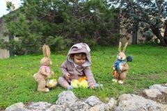Un bebé del año que juega en la hierba en traje del conejo Fotografía de archivo libre de regalías