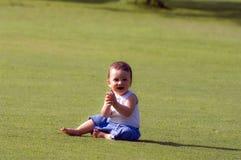 Un bebé en la hierba Imagen de archivo