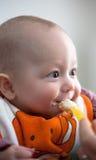 Un bebé que es introducido Fotos de archivo
