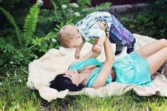 Un bebé sonriente hermoso Imágenes de archivo libres de regalías