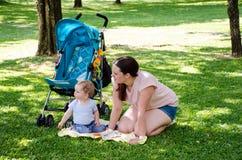 Un bebé y su mamá van pínicos Imagen de archivo