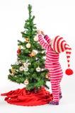 Un bebé y un árbol de navidad Imagen de archivo libre de regalías