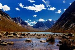 Un bei lago e montagna Fotografie Stock Libere da Diritti