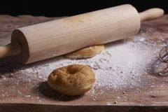 Un beignet et un roulement sur la table sur la table photos stock