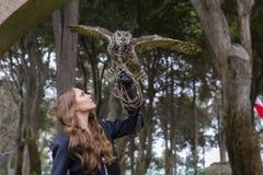 Un bel environnement familial hispanique de Poses With An Owl In A de modèle de brune photos libres de droits