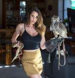 Un bel environnement familial hispanique de Poses With An Owl In A de modèle de brune image stock