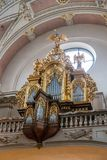 Un bel organe doré découpé dans une des églises de vieux Prague images stock