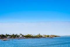 Un bel tempo blu fantastico e un lago calmo nelle chiavi, Florida immagine stock libera da diritti