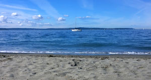 Un bel yacht, jour d'été Photographie stock libre de droits
