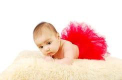 Un bello bambino di balletto che pone su una coperta della pelliccia Fotografie Stock