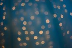 un bello bokeh reale su fondo festivo blu, fotografia stock