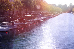 Un bello canale alberato con le barche Immagini Stock