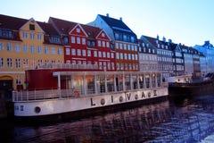 Un bello canale alberato con le barche e le case Immagini Stock Libere da Diritti