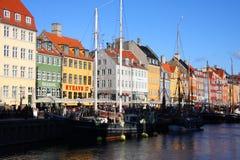 Un bello canale con le barche e le case Immagine Stock Libera da Diritti
